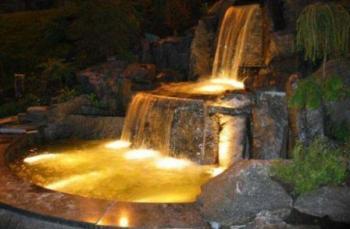Декоративный фонта с подсветкой в ночное время